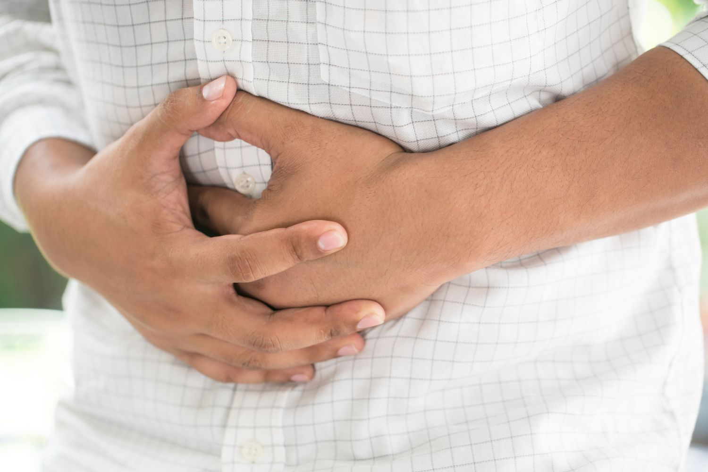 Hände vor dem Bauch verschränkt
