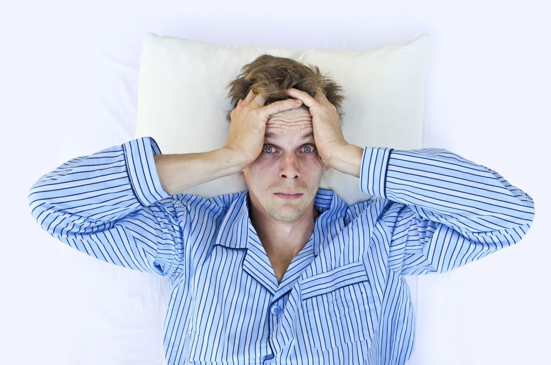 Mann rauft sich die Haare; Thema: Stress